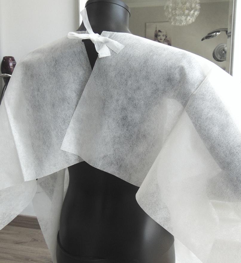 capa desechable blanca tras